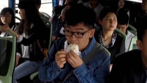 当目睹有人在公交车上吃东西  你会怎么做