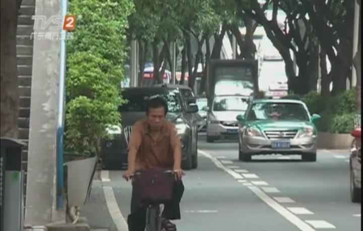 环市东路边违停排长龙 单车开上大马路