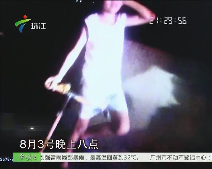 珠海:8岁男孩高速路上玩滑板 险!