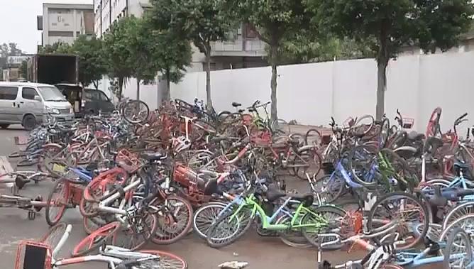 广州:沥滘路共享单车堆成山 扰民!