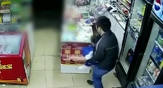 东莞:男子便利店欲抱走女童 群众合力制止