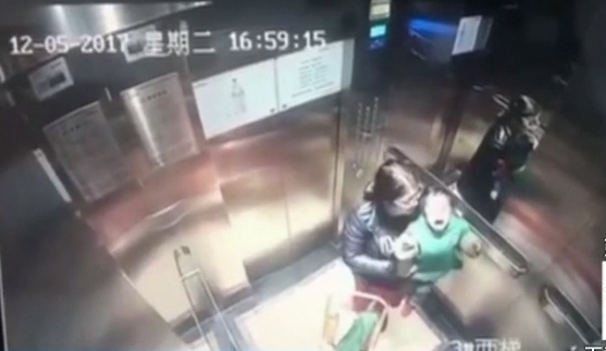 """河南郑州:保姆电梯里""""暴打""""宝宝 警方介入调查"""