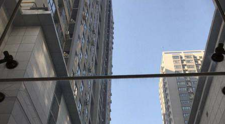 陕西西安:女子11楼坠下 保安徒手救人遇险