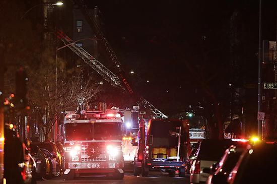 孩童玩炉灶引发美国纽约公寓楼大火