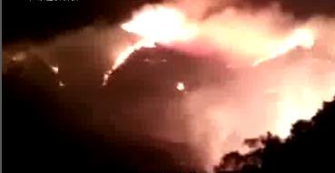 珠海凤凰山:突发山火 直升机喷水灭火