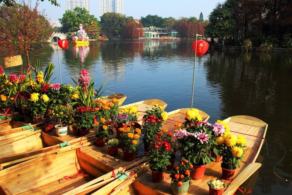 广州:荔枝湾水上花市开埠 迎狗年舞火狗