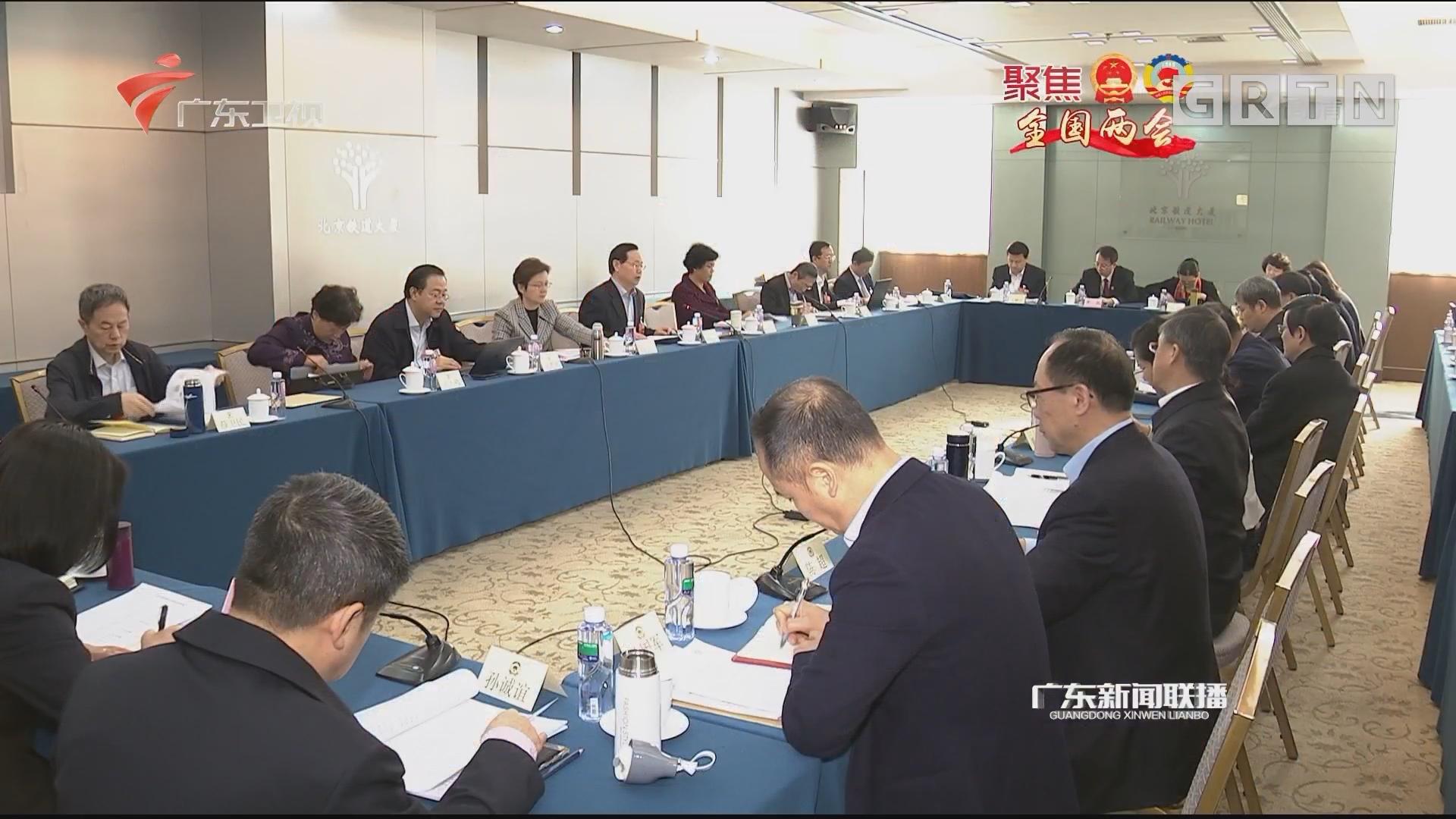 """政协委员分组讨论""""两高""""工作报告"""