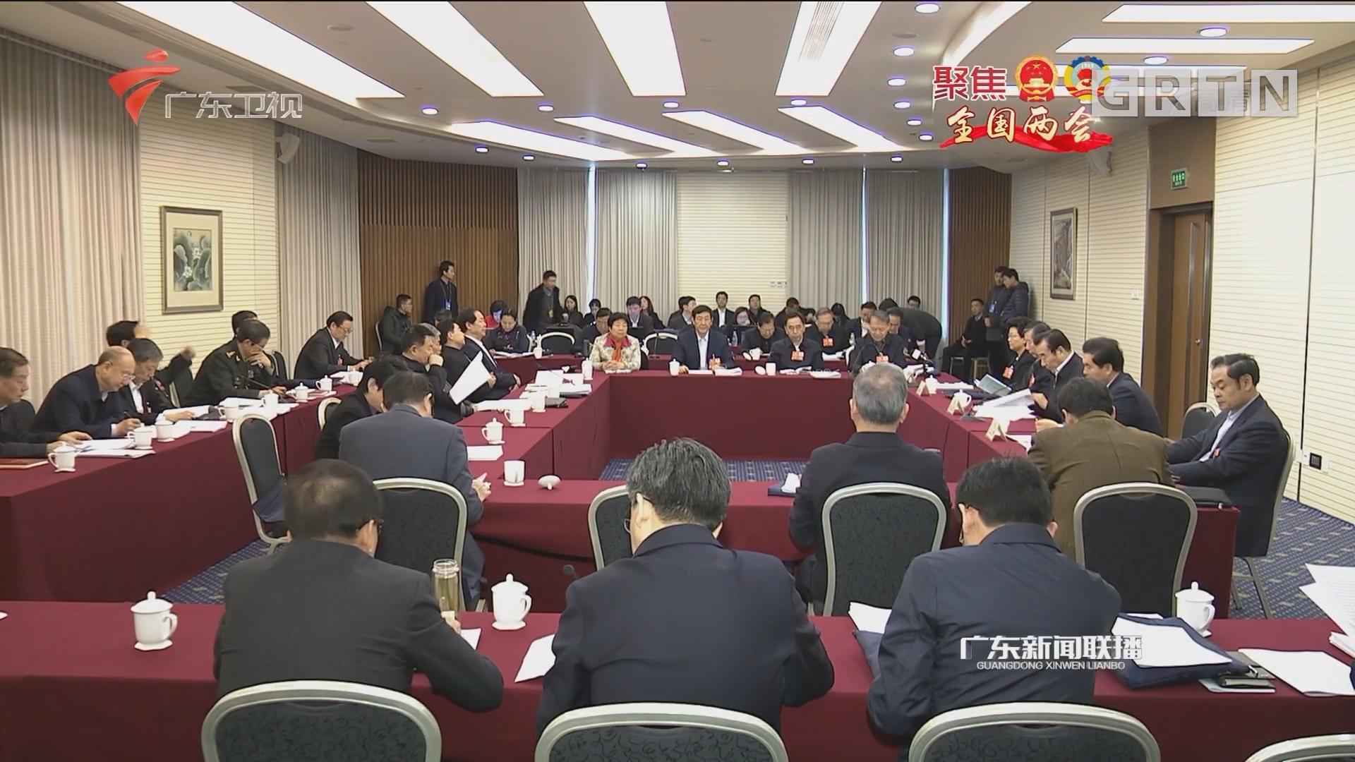 政协委员讨论宪法修正案草案