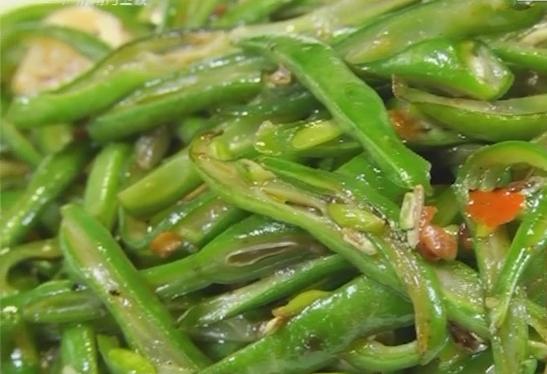 制作辣椒酱炒四季豆