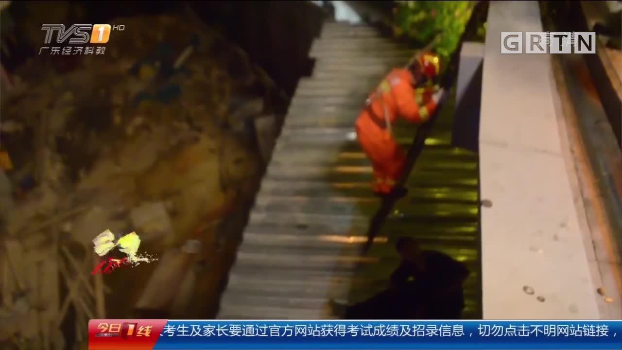 """深圳:天桥上""""散酒气""""跌落雨棚 消防成功解救"""