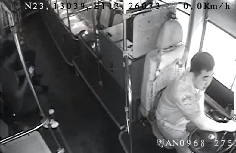 广州:男子修冰箱被炸伤 公交变救护车
