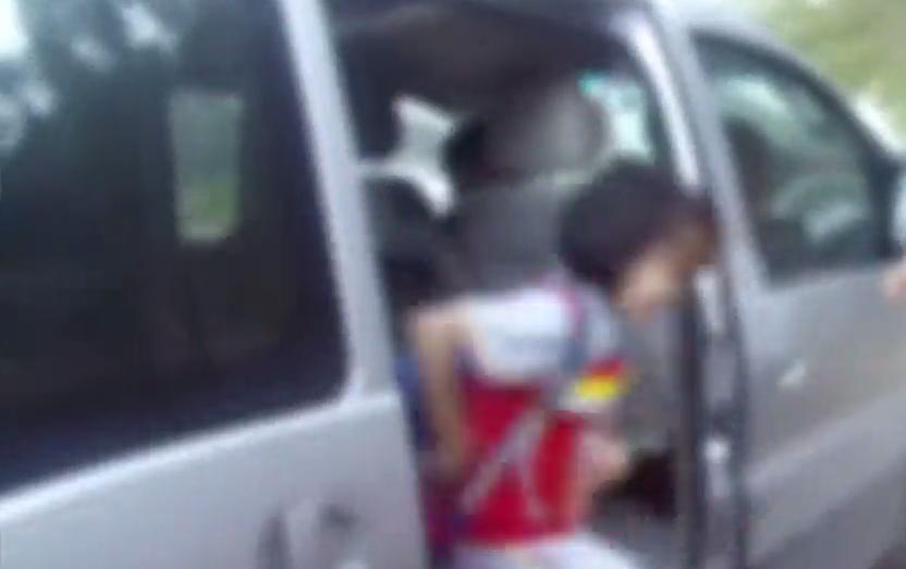 东莞:核载8人商务车塞下25名学生 罚!