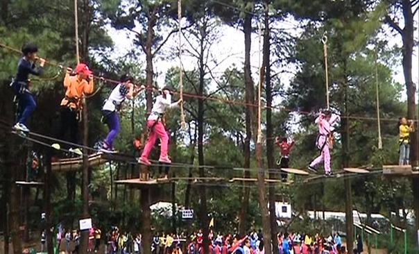 """教育:""""飞越丛林""""成了社会实践? 学生、家长有质疑"""