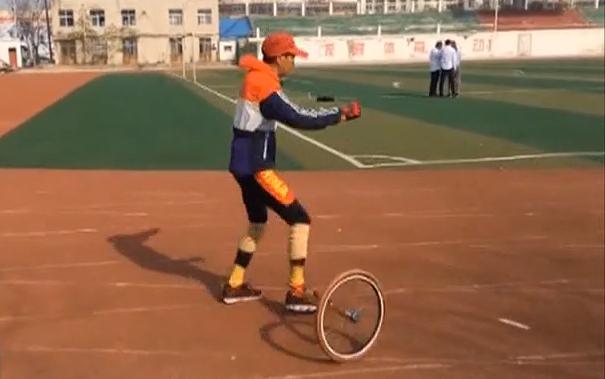河南:大叔自制滑板自行车 玩出新花样