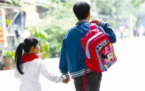 小学校长制止家长替娃背书包引热议