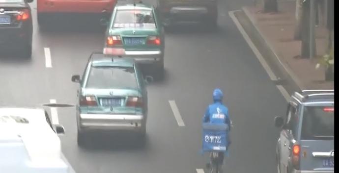 广州:交警依法处置多宗外卖骑手违章