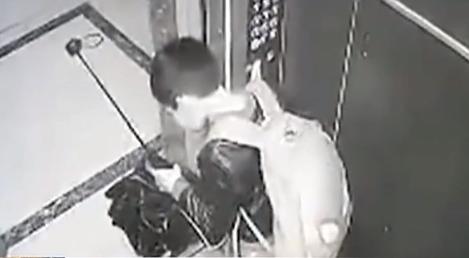 熊孩子拿雨伞卡电梯 不料雨伞被折困梯内