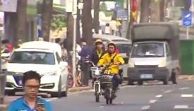 """闯红灯 逆行 外卖哥""""花式""""过马路何时休"""