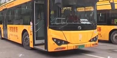 广州:公交车欲驶出站场 意外撞向工作人员