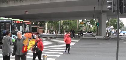 广州:新装备治行人闯红灯 效果如何?