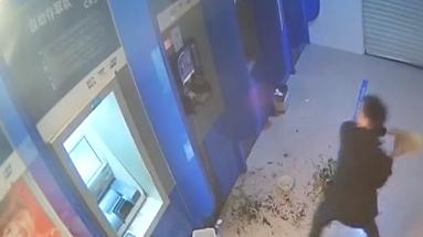 醉酒男干荒唐事 狂砸4台ATM机出气