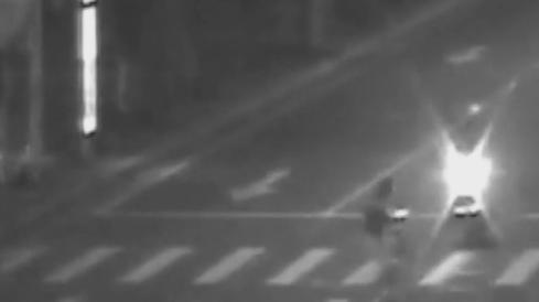 中山:行人闯红灯过马路引发车祸 获刑10个月
