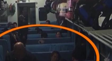 无座男太嚣张 竟坐乘客脑袋上