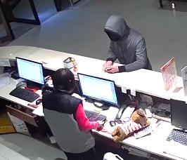 河南:奇葩劫匪抢完钱还退零 三天后被抓