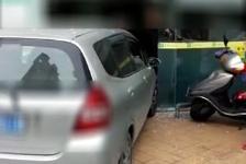 江门:小车撞向公司大门 吓坏一众员工