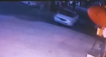 四川乐山:男子倒车碾死自己 监控记录悲剧全程