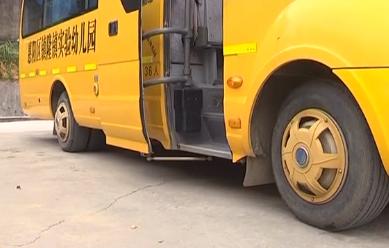 惠州:幼儿园校车发生侧翻 老师救出被困幼儿