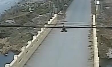 """上海:8岁男孩独自驾""""扭扭车""""游玩 扭出8公里"""