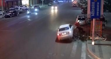 东莞:司机醉酒驾驶 小汽车连撞8车