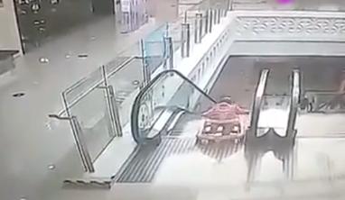 婴儿5米高电梯滚落 兵哥哥飞身救人
