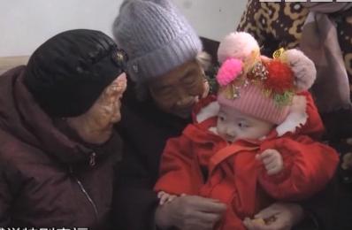 105岁母亲给74岁女儿压岁钱 场面温馨
