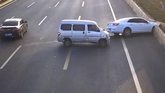 珠海:实习司机走神 驾车撞护栏横飞三车道