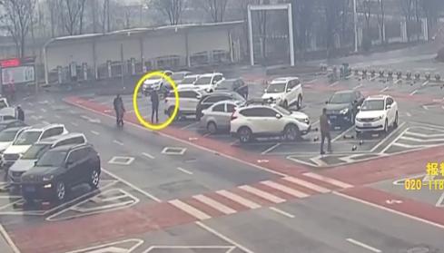 江苏徐州:亲妈被丢服务区 儿子自己开车走了