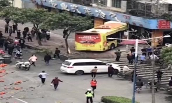 广州:公交车冲上人行道 事故原因仍在调查