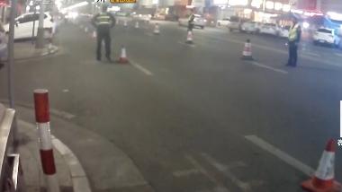 中山:酒驾被查 男子带老婆百米冲刺逃跑