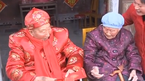 弟弟百岁寿诞 102岁姐姐登门祝贺