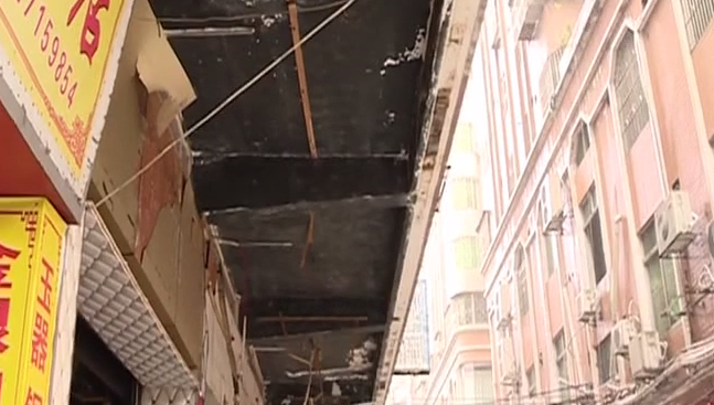 [2019-03-29]DV现场:清远:店铺广告牌掉落 路人被砸伤