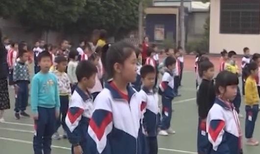 [2019-03-08]南方小记者:佛山市湾华小学举行慈善义卖活动