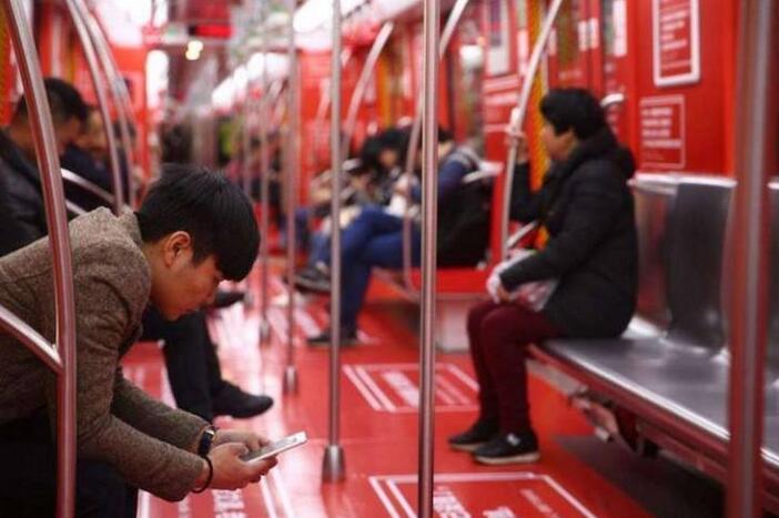 男子地铁上索要微信被拒 反打女孩一拳