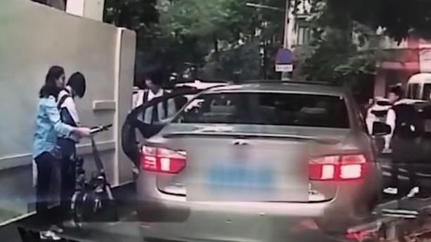 [2019-04-16]DV現場:廣州:小車突然開門 撞倒一名女學生