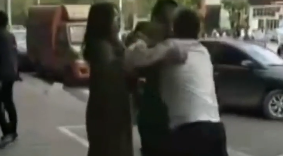 福建:两男子当街打架 一方逼另一方下跪