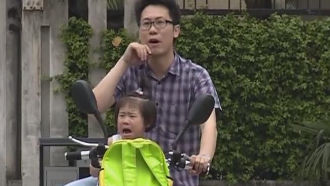 顺德:母亲驾驶电动车 大意落下2岁娃