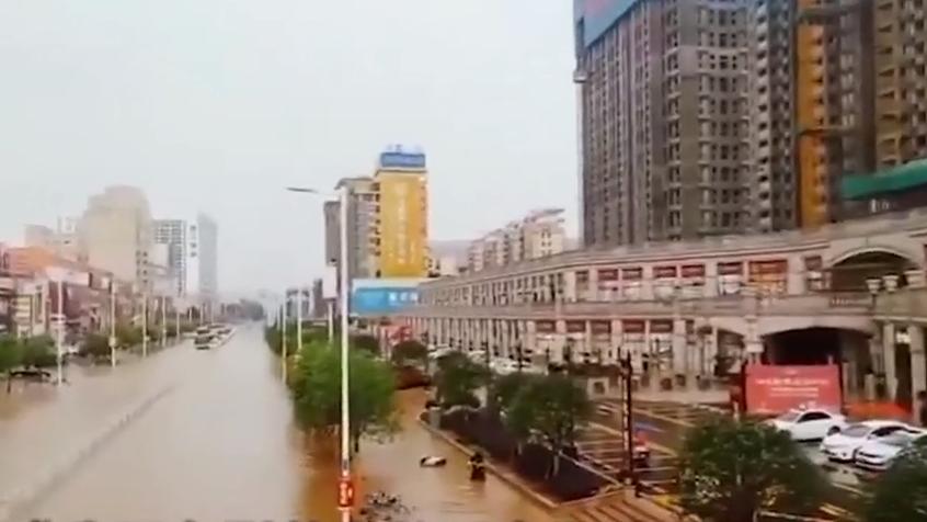 广东:强降雨来袭 多地水浸街
