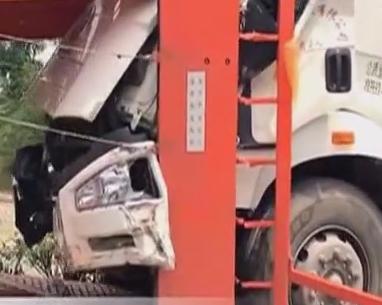 惊险!天然气罐车追尾双层运载车