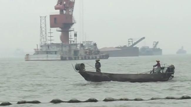 广州:南沙海域内沉船求救 危急时两民警跳入水中