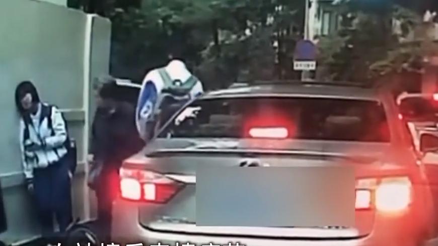 网闻:开门撞翻骑行女生 司机竟不下车?